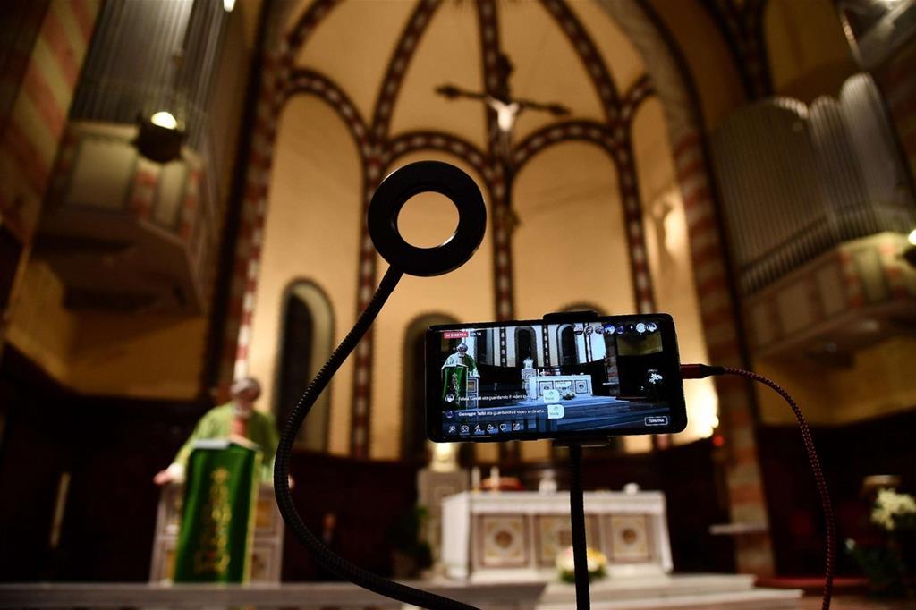 Una delle Messe trasmesse on line streaming su Facebook e Youtube