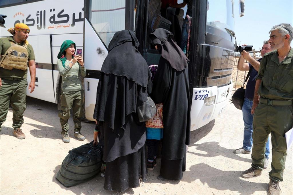 Le mogli dei combattenti lasciano in autobus il campo