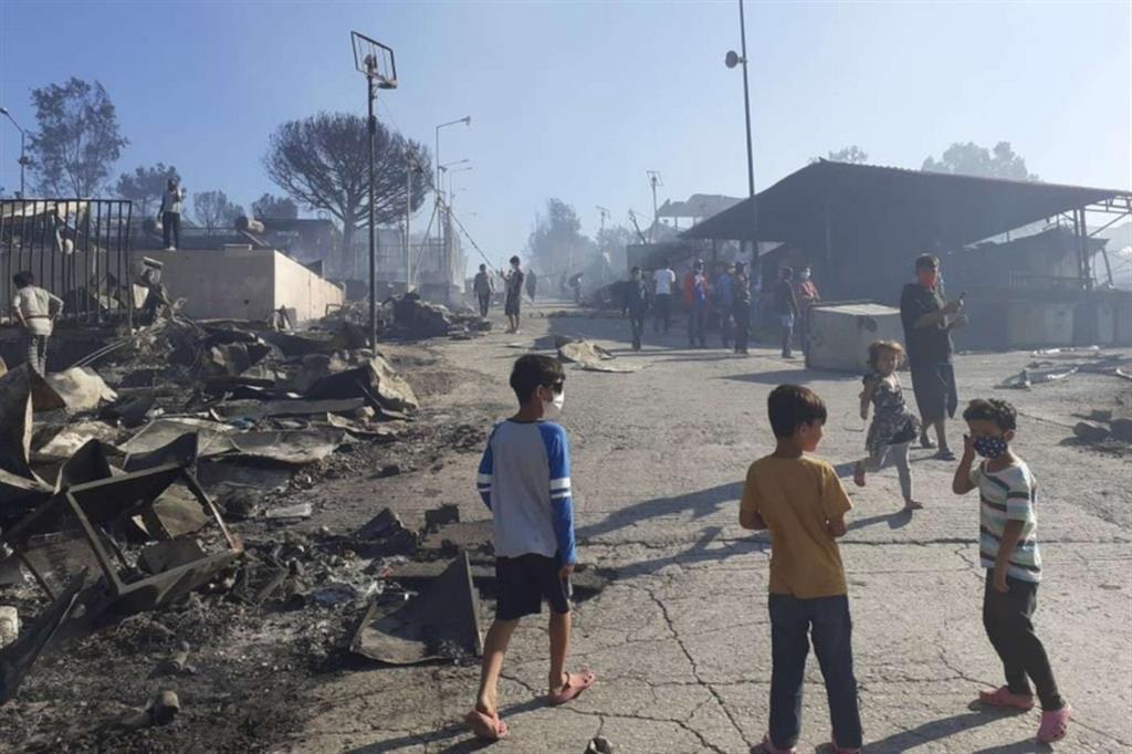 Bambini si aggirano in quel che resta del campo profughi di Moria dopo il rogo