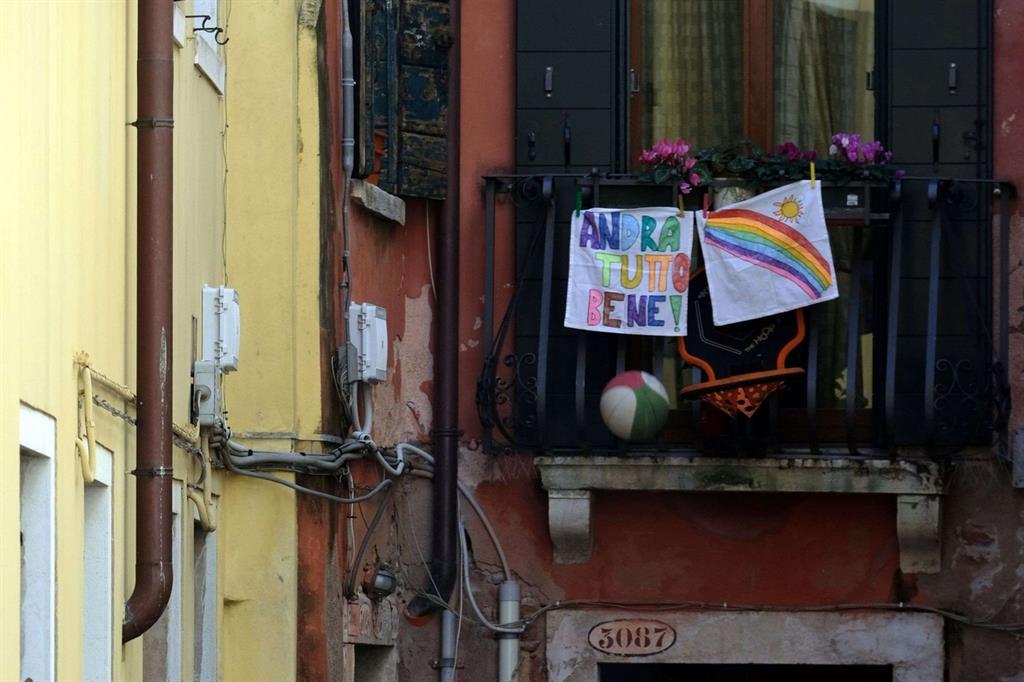 Da Milano a Roma, da Palermo a Genova e Venezia tantissimi i bambini che assieme alle loro famiglie si sono uniti all'iniziativa per tappezzare finestre e terrazze con messaggi colorati e di speranza. Un modo per sentirsi meno soli, per non arrendersi alla paura che è tanta soprattutto nel Nord Italia. - Reuters