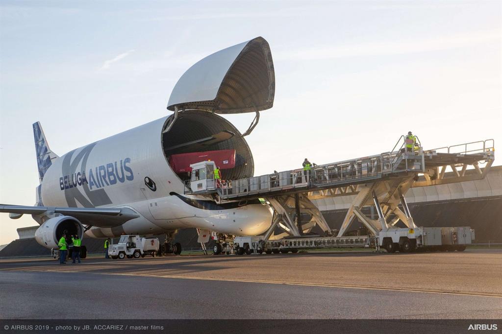 Un BelugaXL può caricare due ali di un Airbus A350WB. Il modello precedente, il BelugaST, ne poteva trasportare una sola - Airbus