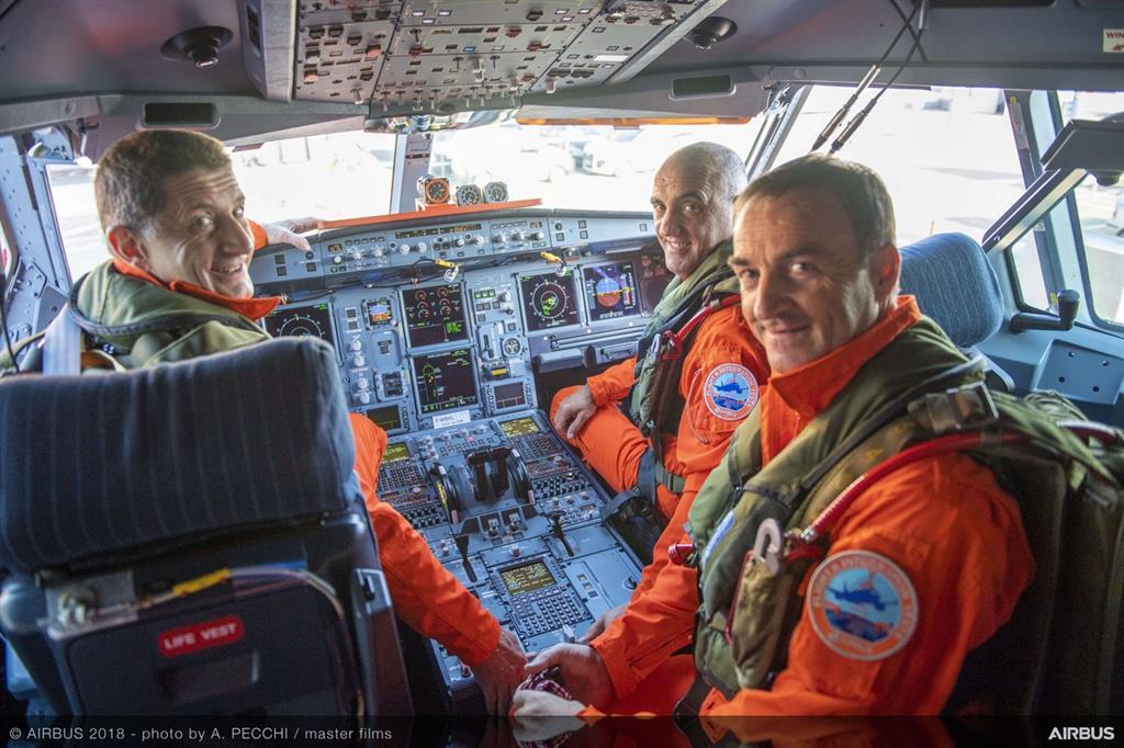 L'equipaggio in cabina per il volo inaugurale dell'aereo, il 19 luglio del 2018 -