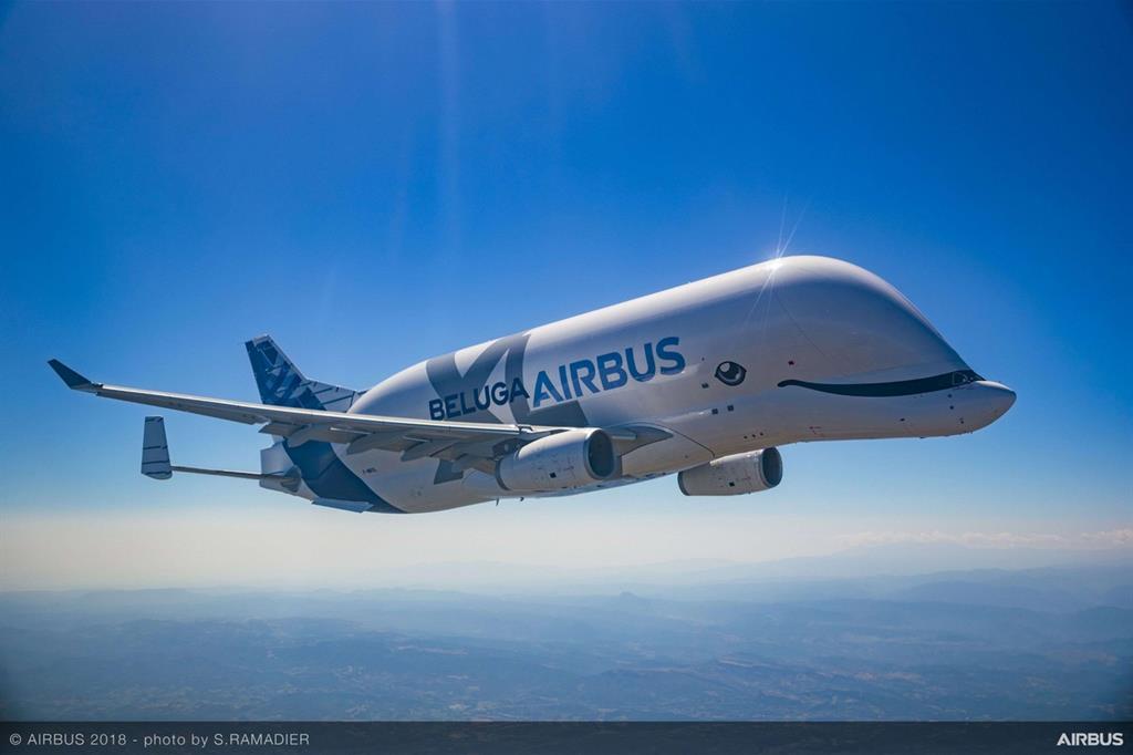 Il BelugaXl in volo: lanciato nel novembre del 2014 ha completato 200 voli di prova per 700 ore totali di volo prima di entrare in servizio - Airbus