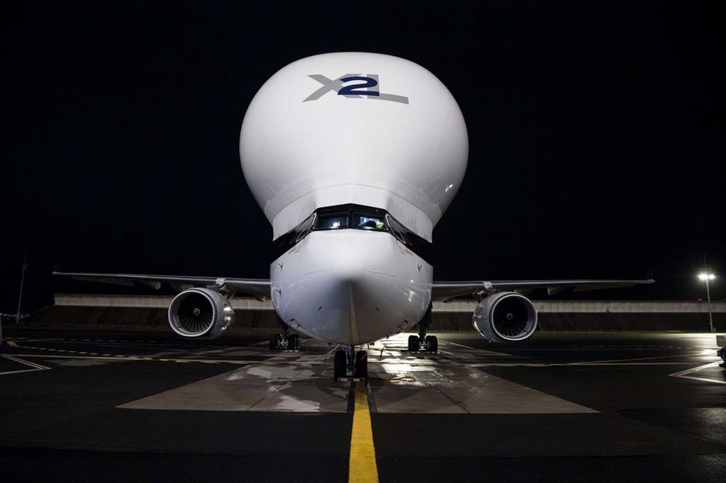 La strana forma bombata dell'aereo permette di ottimizzare la capacità di carico, che arriva a 51 tonnellate - Airbus