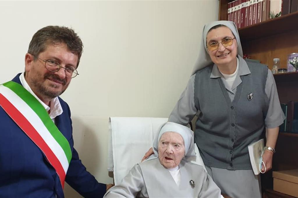 Suor Costanza con una consorella e il sindaco di Signa Giampiero Fossi