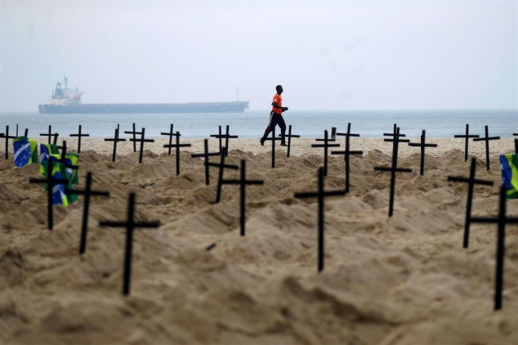 100 tombe sormontate da croci nere nella sabbia della spiaggia di Copacabana, in omaggio alle quasi 40.000 persone morte finora nel paese a causa di Covid-19. - Reuters