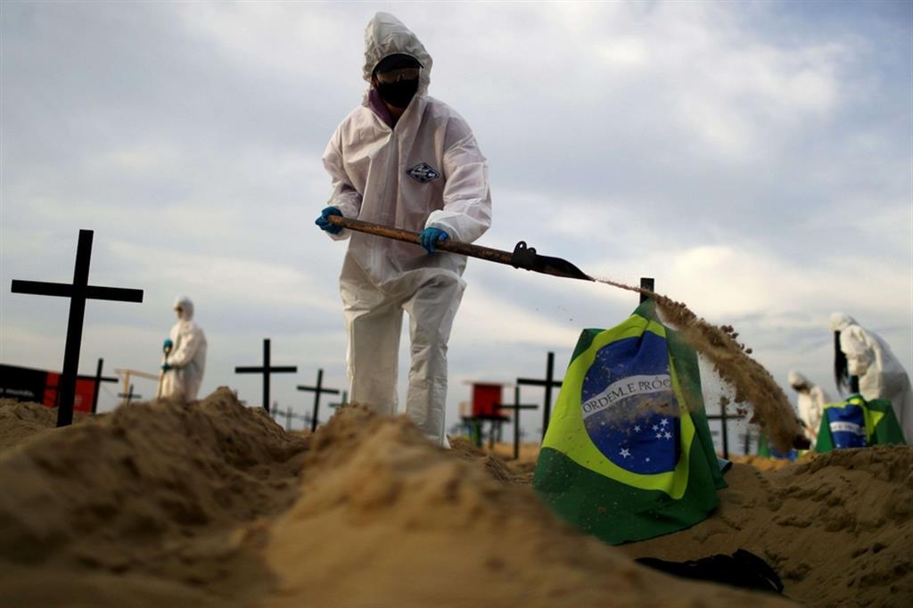 Le tombe sono state scavate durante la notte sulla spiaggia di fronte all'albergo di Copacabana, come segno di protesta dall'organizzazione non governativa Rio de Paz, che ha criticato la risposta del governo alla pandemia di coronavirus. - Reuters
