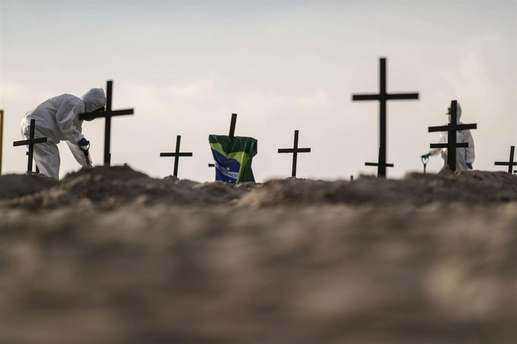 Brasile in ginocchio: 100 croci di protesta sulla spiaggia di Copacabana