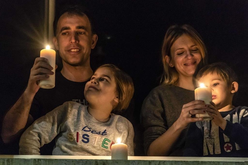 Una famiglia prega per l'Italia