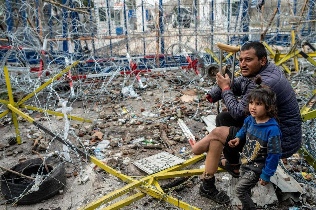 Profughi fermi nella terra di nessuno, tra il confine turco e quello greco, a Edirne