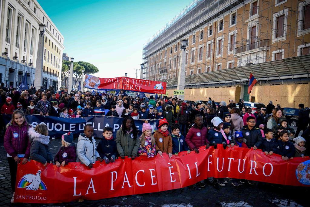 I partecipanti alla marcia della pace di Sant'Egidio in piazza San Pietro