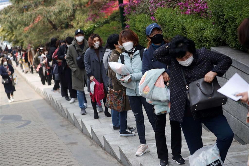 Ai tempi del coronavirus a Seul i concorsi pubblici si fanno all'aperto