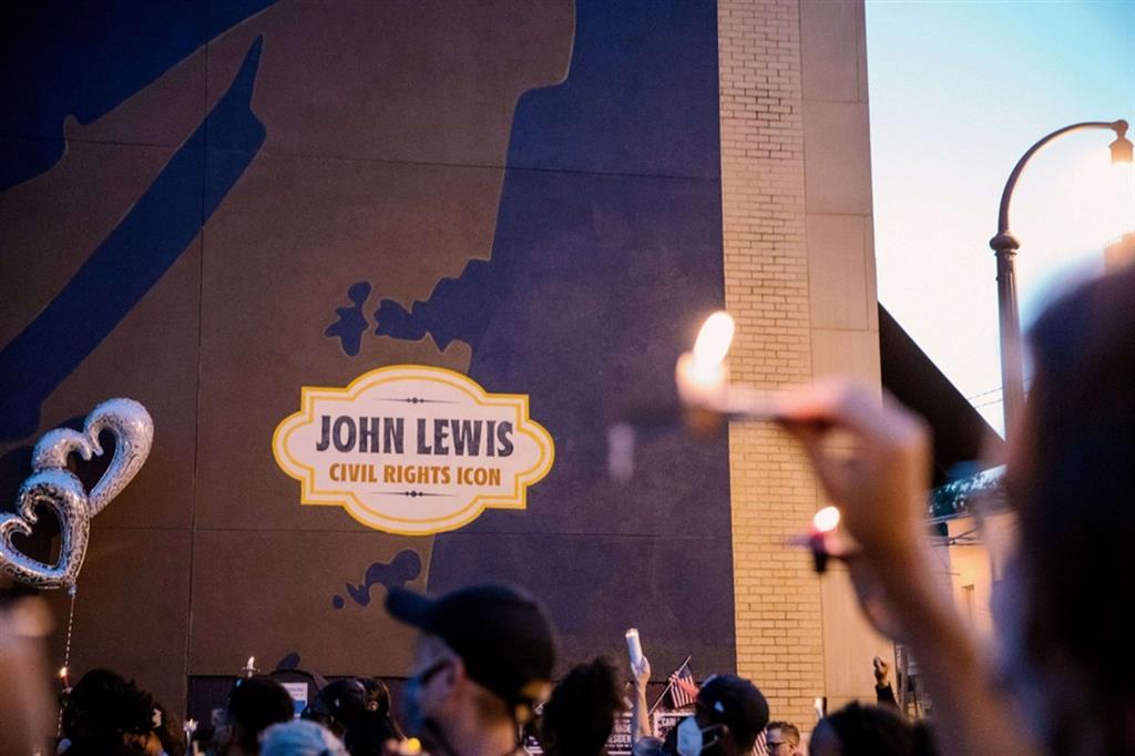 Come ha sottolineato la Speaker della Camera, Nancy Pelosi, ricordandolo come «un gigante del movimento dei diritti civili la cui bontà, fede e coraggio hanno trasformato la nazione», «ogni giorno della vita di Lewis è stato dedicato a ottenere libertà e giustizia per tutti». - Reuters
