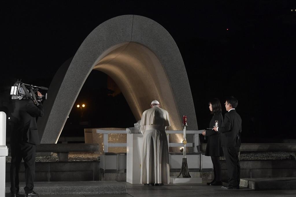 Papa Francesco prega al parco della memoria a Hiroshima