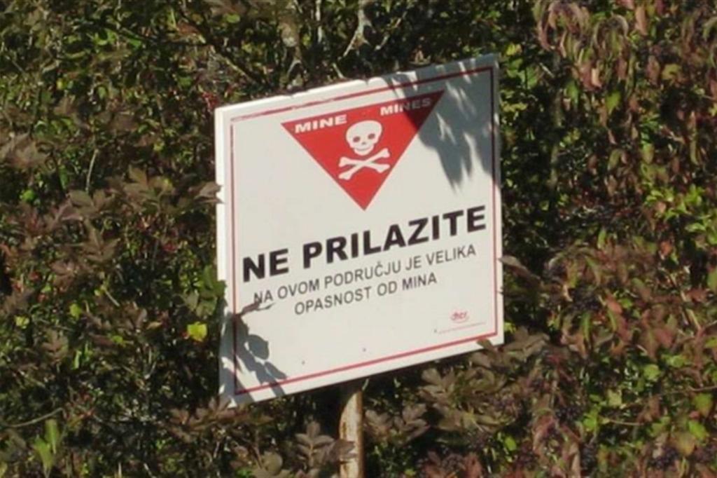 Uno dei cartelli che segnalano la presenza di mine antiuomo in Croazia