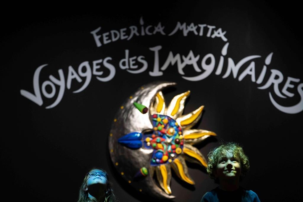 Mostre temporanee, con un occhio ai drammi del presente. Presso la vasta Reale Corderia, c'è spazio anche per regolari mostre temporanee, come l'attuale retrospettiva 'Viaggi degli immaginari' (fino al 31 dicembre) dell'artista cileno-franco-americana Federica Matta, che evoca in modo toccante, in mezzo a tante creazioni policrome (sculture, quadri, disegni), pure il dramma delle traversate della speranza dei migranti del mondo intero. - @F. Prevel