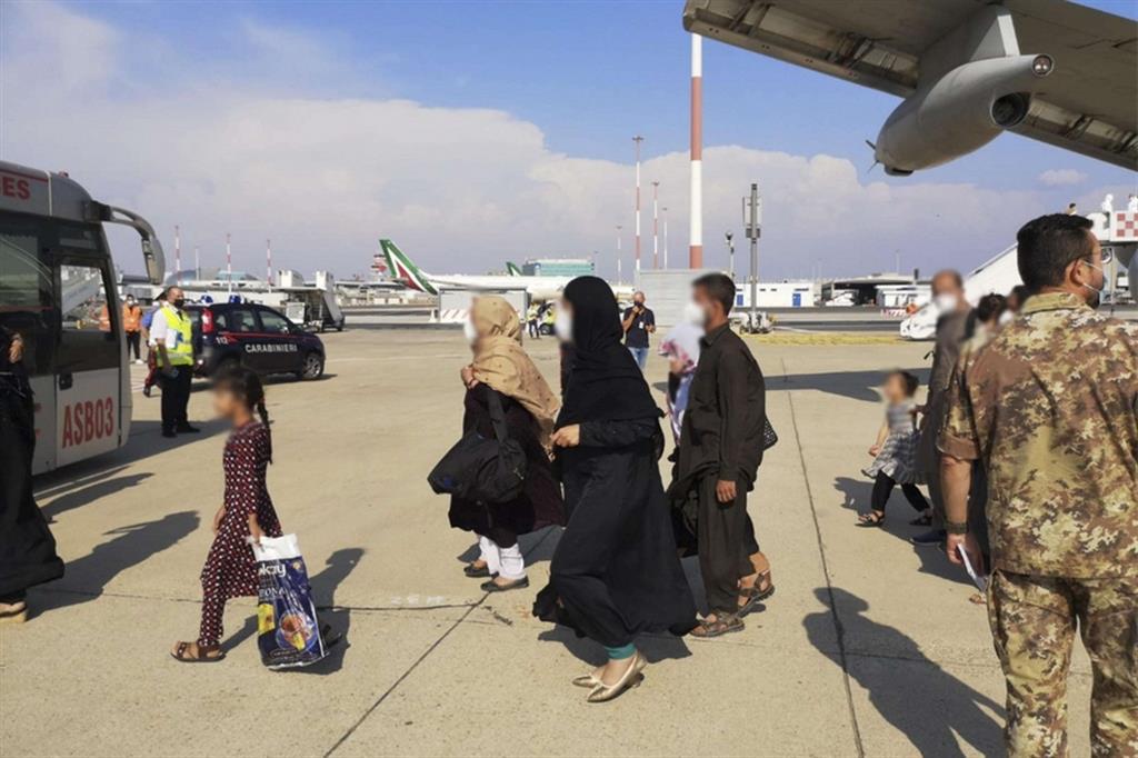 Profughi afghani appena sbarcati a Fiumicino con un volo dell'Aeronautica militare italiana da Kabul