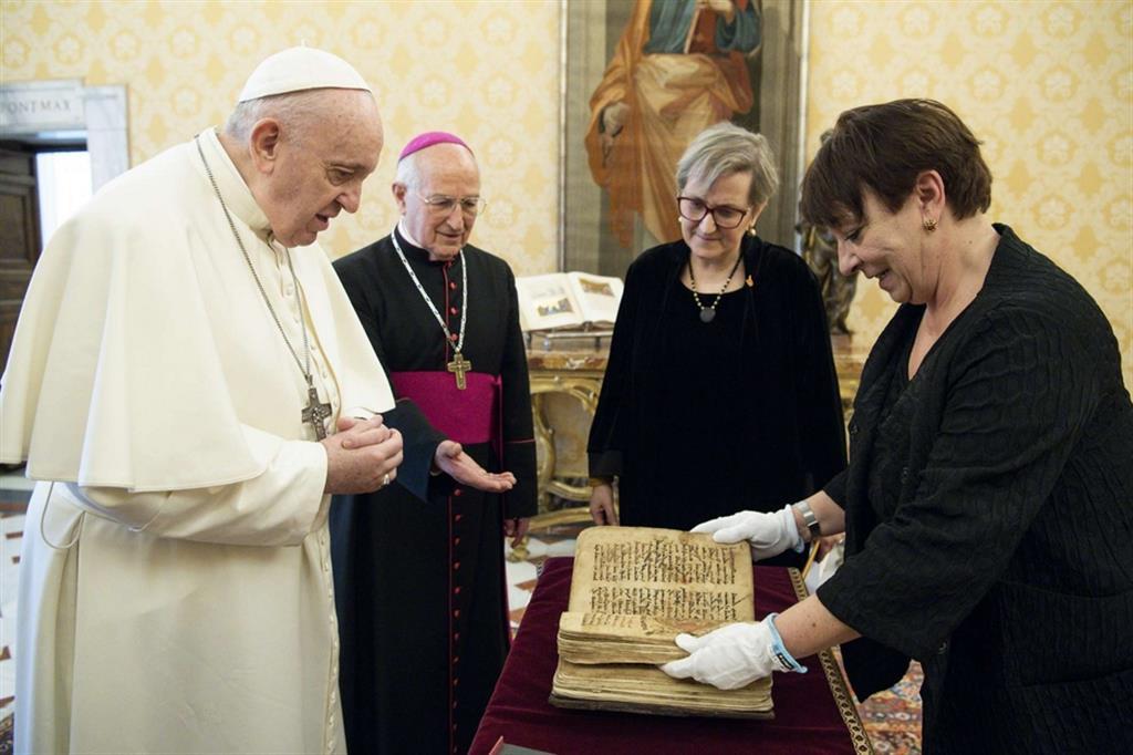 Sidra, il libro sacro salvato dal Daesh, portato a papa Francesco