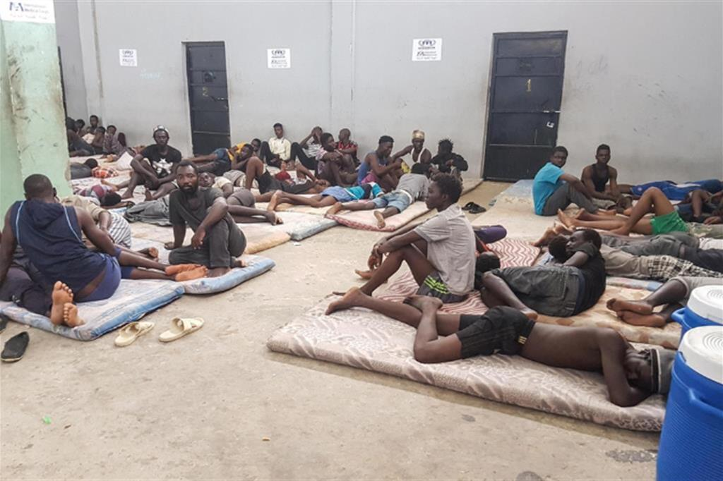 Migranti in un centro di detenzione in Libia