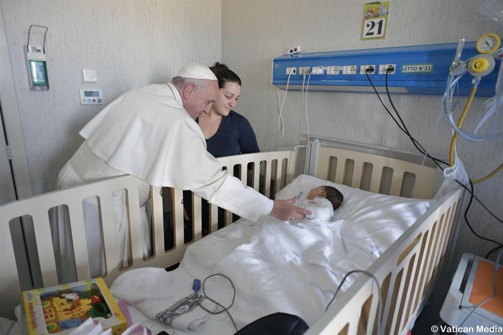 Il Papa in una precedente visita all'ospedale Bambino Gesù