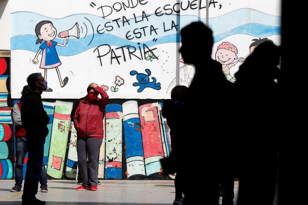 """A Buenos Aires, in Argentina, un murales dice """"Dove c'è la scuola, lì c'è la patria"""" - Reuters"""