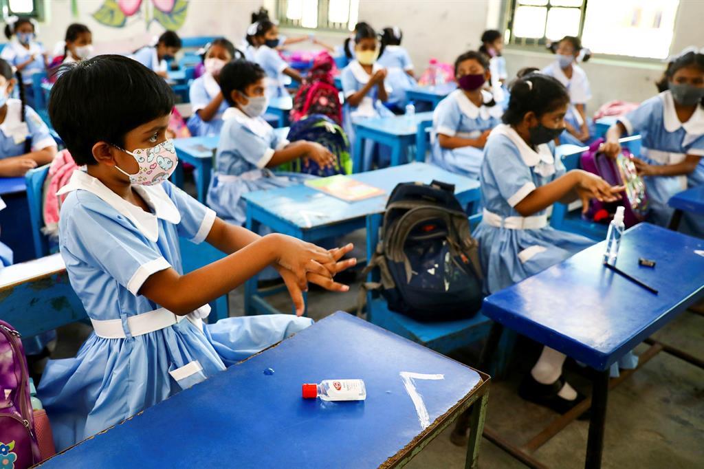 Studentesse si sanificano le mani alla Viqarunnisa Noon School & College di Dhaka, in Bangladesh - Reuters