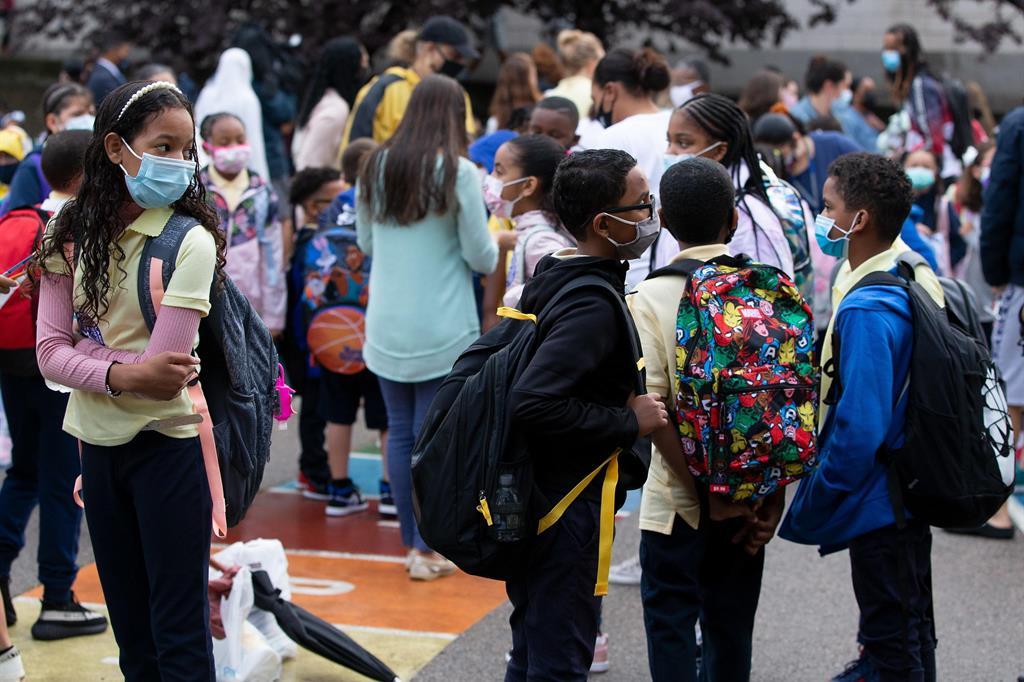 """Studenti della scuola elementare """"Orchard Gardens"""" attendono fuori dall'edificio di poter entrare. Il 9 settembre è stato il primo giorno di scuola. Boston, Massachusetts, Usa - Ansa"""
