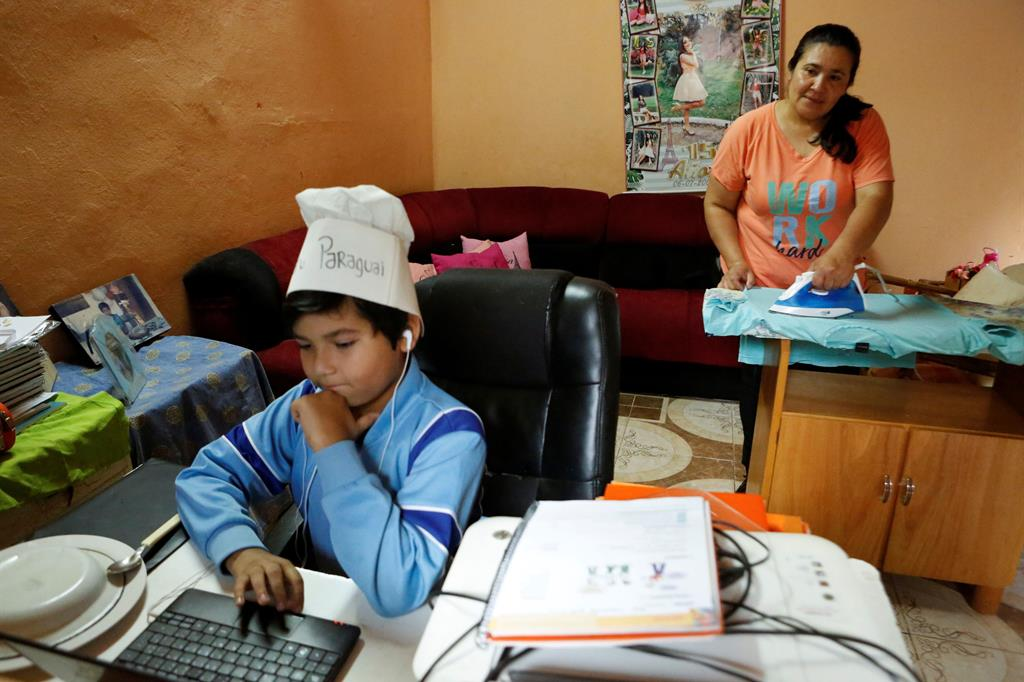 Luis, 9 anni, segue una lezione a distanza a San Antonio, in Paraguay - Reuters
