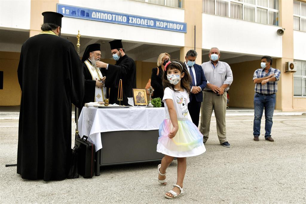 Una bambina balla durante una tradizionale cerimonia per l'inizio della scuola a Corinto, in Grecia - Ansa
