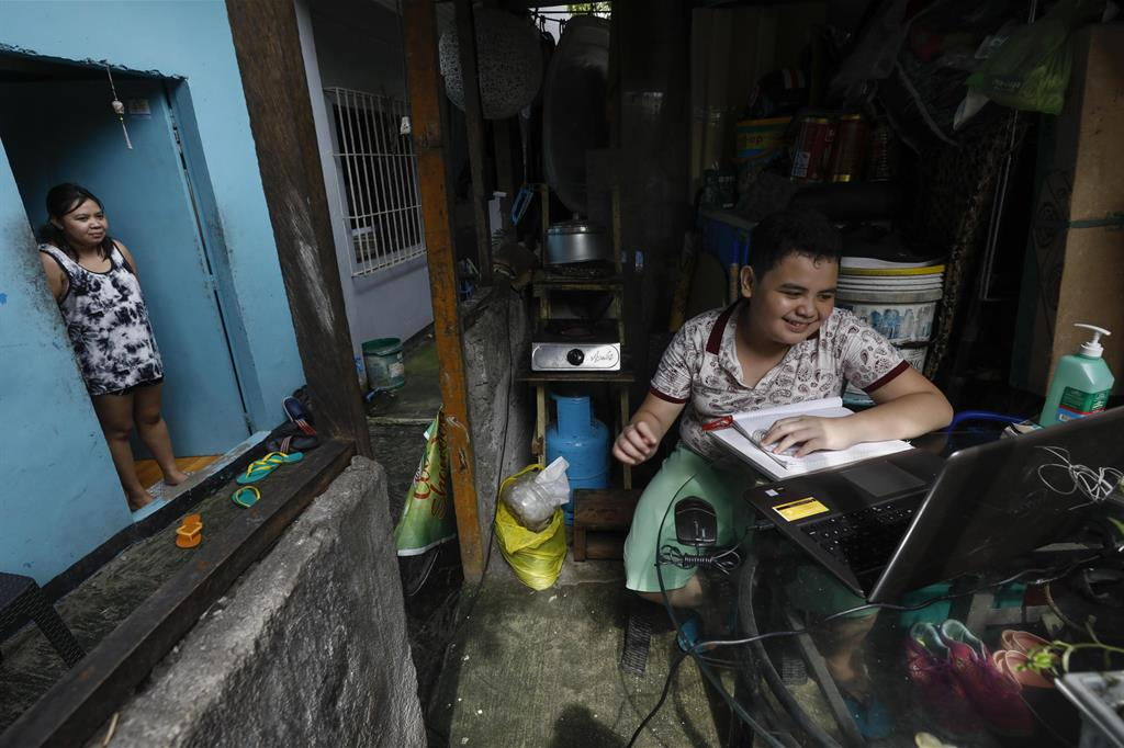 Kurt Dave, studente di tredici anni, partecipa alle attività online della sua scuola nelle Filippine. La scuola è iniziata formalmente il 13 settembre, ma milioni di studenti continuano a seguire le lezioni a distanza - Ansa
