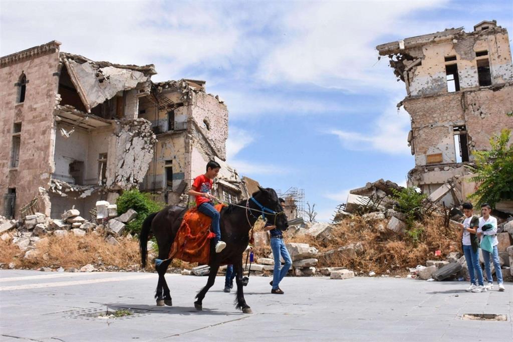 Dei bambini giocano nel centro di Aleppo distrutto dalla guerra civile