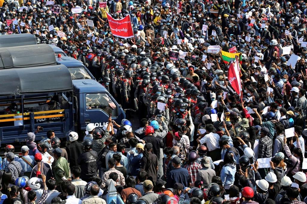Sfidando anche l'ordine dato agli uomini in divisa di utilizzare le armi se necessario contro le centinaia di migliaia di manifestanti che quasi ovunque nel Paese stanno chiedendo il ripristino della democrazia sospesa per 12 mesi e la liberazione di Aung San Suu Kyi, la Premio Nobel per la Pace che ha guidato la lotta nonviolenta dei birmani dal 1990 e dal 2011 ha indirizzato i governi civili. - Reuters