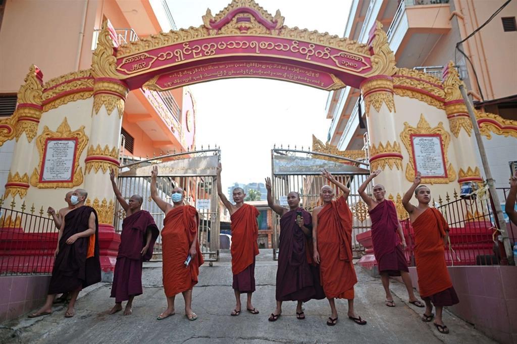 Tanti capi di stato e governi, tra i primi il presidente degli Stati Uniti, Joe Biden  hanno chiesto ai generali di lasciare il potere. Nella foto, i monaci buddisti salutano con le tre dita i manifestanti in corteo che chiedono la liberazione di Aung San Suu Kyi - Reuters