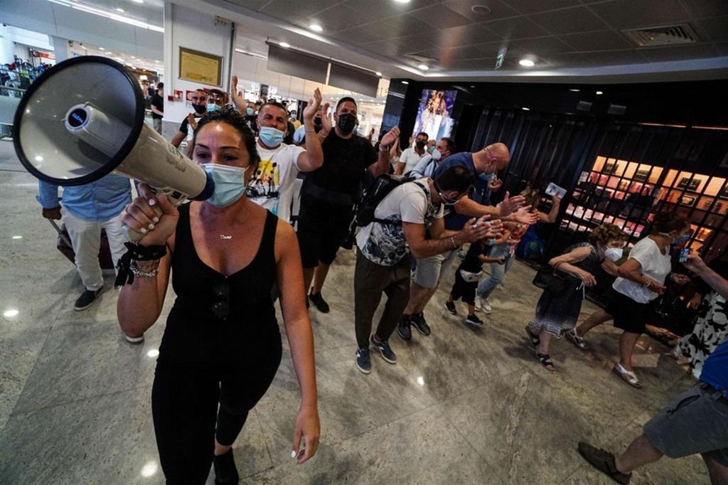 La protesta dei lavoratori Whirlpool all'aeroporto di Capodichino il 15 luglio 2021