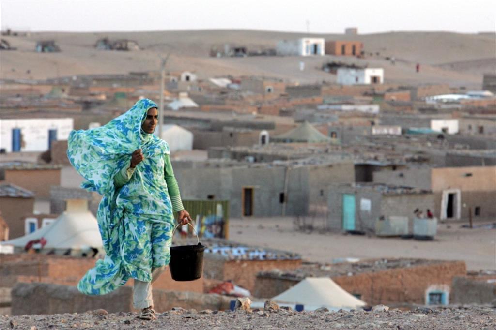 Una donna saharawi a Tinduf, nel deserto algerino, dove da quasi 40 anni sono raccolti i profughi fuggiti dopo l'occupazione militare da parte del Marocco dell'ex Sahara Spagnolo