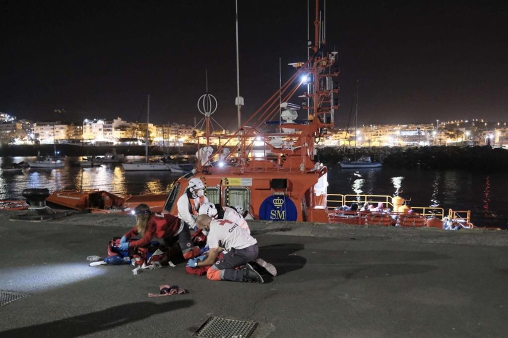 Volontari della Croce Rossa cercano di rianimare la bimba di 5 anni sbarcata in arresto cardiaco, sul molo di Arguineguin a Gran Canaria - Ansa