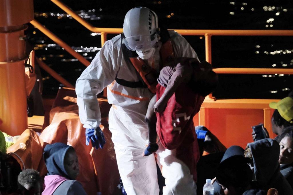 Il soccorso è arrivato dalla nave Guardamar Concepcion Arenal del Salvamento Maritimo quando il barcone era a 5 miglia dalla costa - Ansa