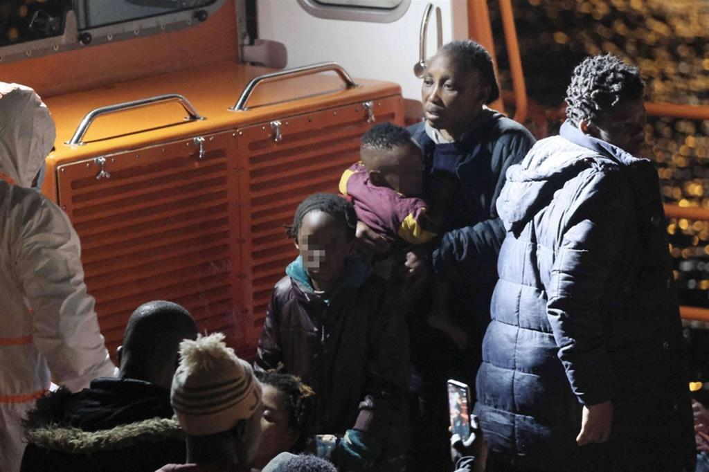 I 52 migranti a bordo sono di origine sub-sahariana - Ansa