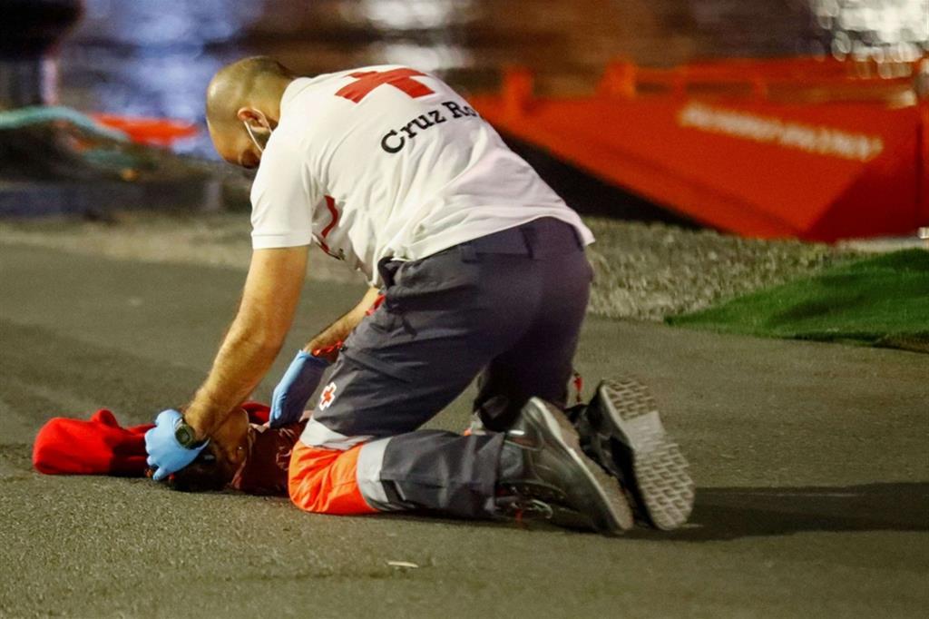 Sull'asfalto del molo le manovre per rianimare la piccola arrivata in arresto cardiaco - Reuters