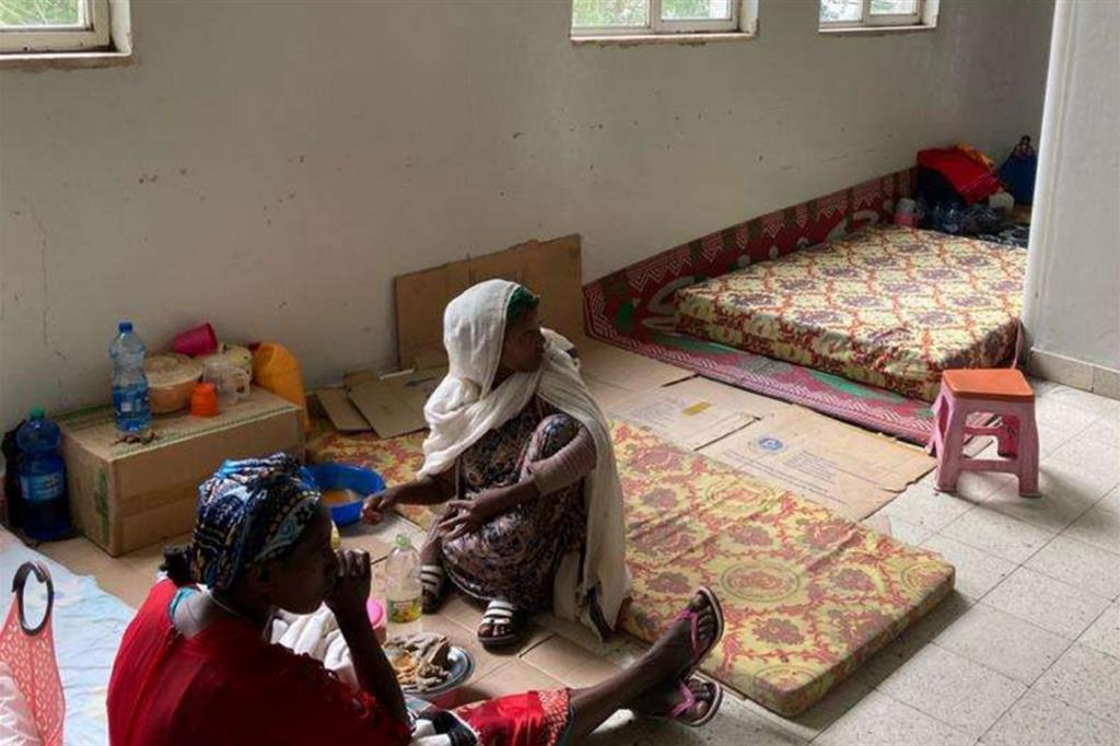 Donne tigrine in attesa all'Ayder. All'ospedale durante l'occupazione delle forze federali e degli eritrei si sono rivolte centinaia di vittime di stupri etnici. Sui crimini di guerra sta indagando l'Onu insieme a una commissione etiope che, però, non ha potuto recarsi in molti centri della regione come Axum teatro delle violenze più efferate - Foto concesse dall'Ayder hospital