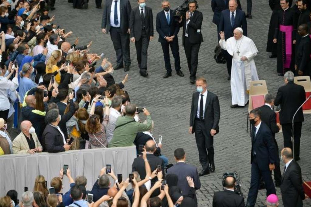 Il Papa: non è sana una preghiera che sia aliena dalla vita