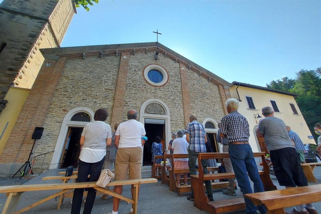 La celebrazione della Messa nella parrocchia di Tredozio nella diocesi di Faenza-Modigliana
