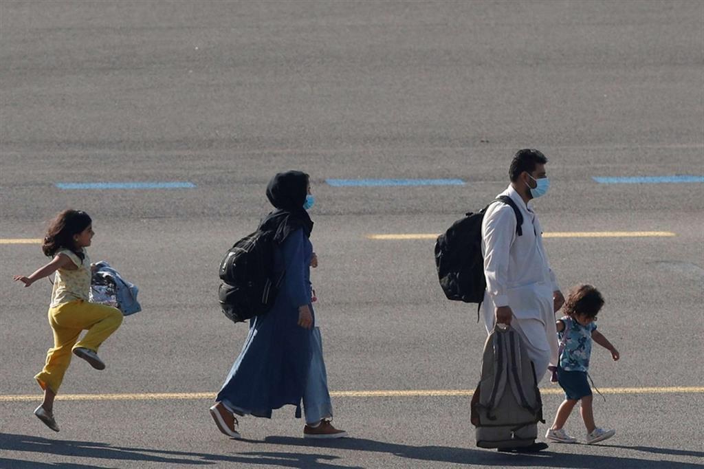 Una famiglia evacuata da Kabul arriva all'aeroporto militare di Melsbroek, in Belgio. La foto è diventa virale sui social