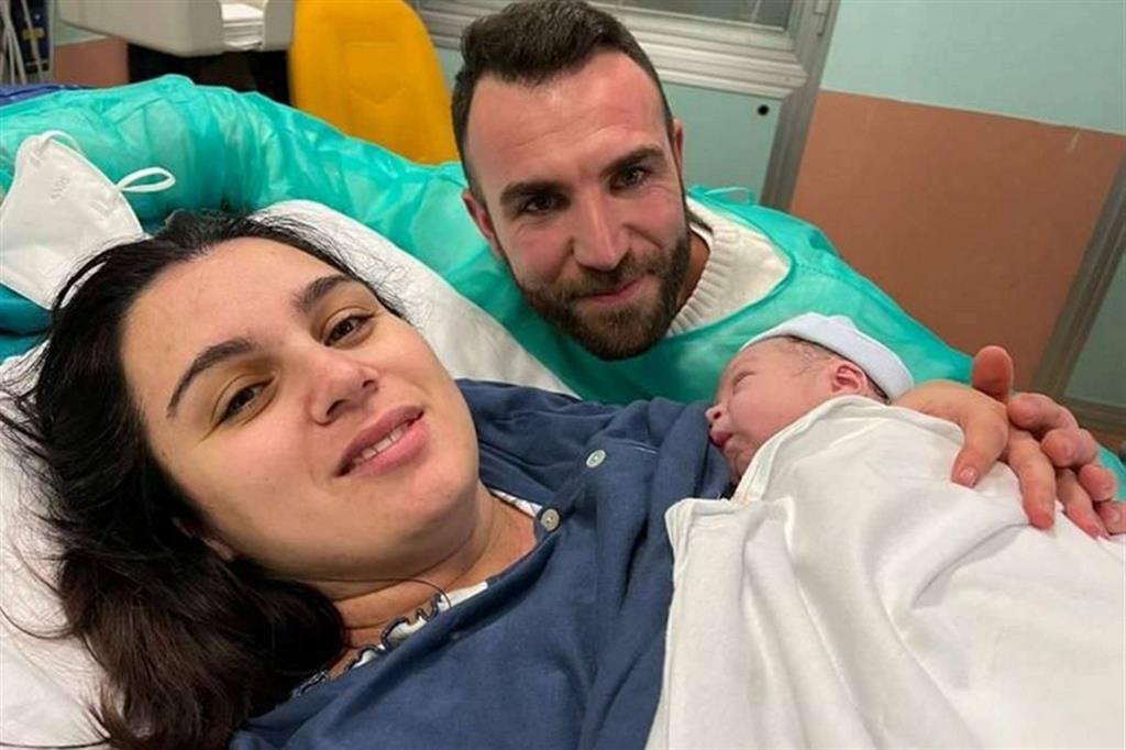 Alessio, con mamma e papà, è il primo nato a Milano, alla clinica Mangiagalli