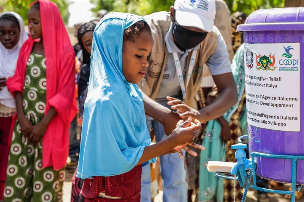 """Studentessa della scuola elementare """"Chateau"""", a Diffa, mentre partecipa ad un'attività di sensibilizzazione sulla prevenzione del Covid-19 - ApsatouBagaya/COOPI"""