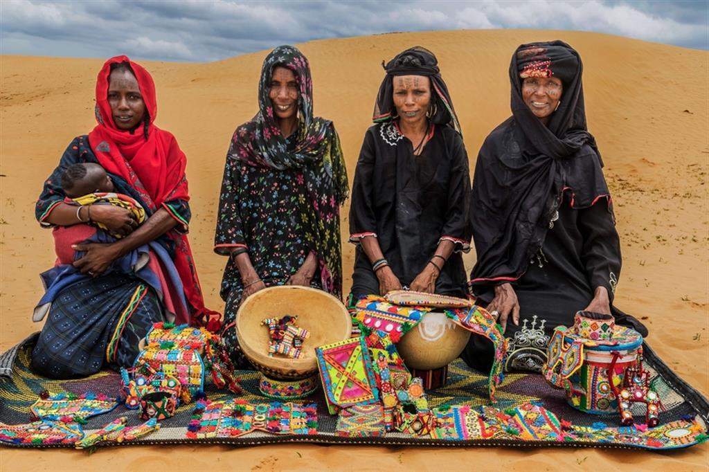 D.A., 25 anni, di etnia Kanouri, rifugiata di Gadjiram (Nigeria), alleva bestiame e realizza oggetti decorativi; K.I., 45 anni, sfollata di Toumour, alleva bestiame e realizza oggetti decorativi; B.B., 35 anni, Peulh, sfollata di Bosso, alleva bestiame e realizza oggetti decorativi; M.D., 50 anni, peulh, sfollata di Toumour, alleva bestiame e realizza oggetti decorativi. Sono tutte beneficiarie delle Attività Generatrice di Reddito (AGR) del progetto. Nella foto si possono apprezzare numerosi oggetti ornamentali e gioielli tradizionali, fatti in pelle e colorati con colori naturali. - ApsatouBagaya/COOPI