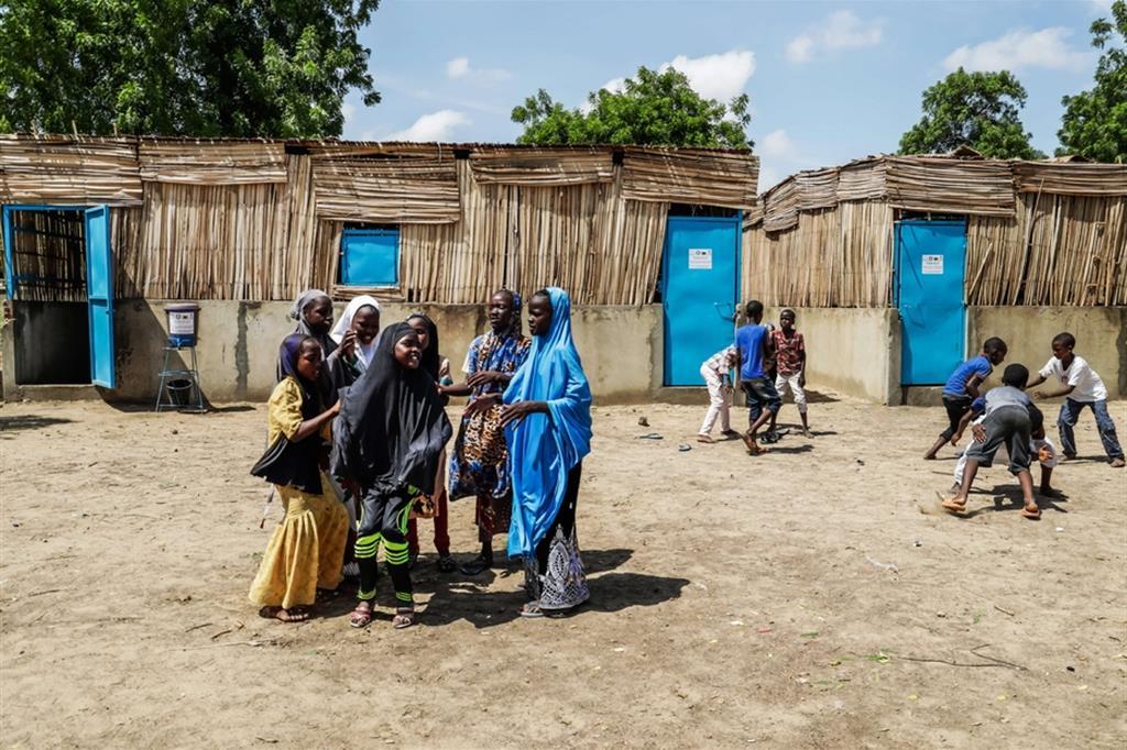 """Alunni delle classi a strutture evolutiva realizzate grazie al progetto """"Promozione e diritto all'istruzione negata: una sfida per i bambini/e ed adolescenti rifugiati/e, sfollati/e e delle comunità ospitanti privati di un luogo sicuro ed inclusivo per l'apprendimento ma anche per gli insegnanti, nella regione di Diffa, Niger"""", finanziato dall'Agenzia Italiana per la Cooperazione allo Sviluppo (AICS), presso la scuola """"Festival I"""", mentre giocano durante la ricreazione - ApsatouBagaya/COOPI"""
