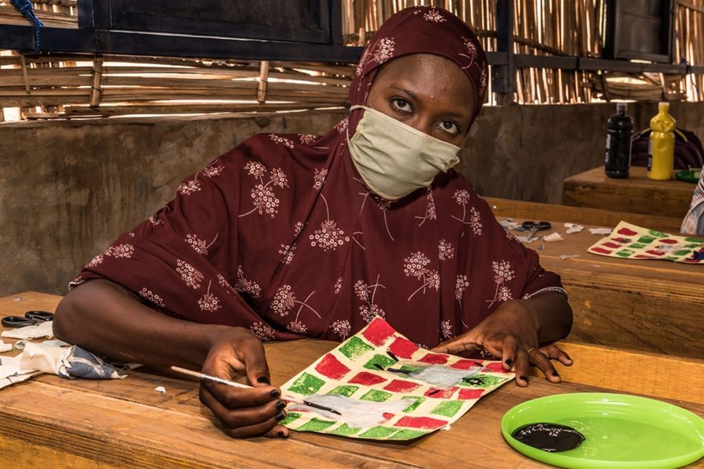 A.M., 17 anni, studentessa locale mentre frequenta le attività di arteterapia attivate dal progetto condotto da COOPI per adolescenti non scolarizzati, Centro di Alfabetizzazione (CA) di Kilakam (Goudoumarie) - ApsatouBagaya/COOPI