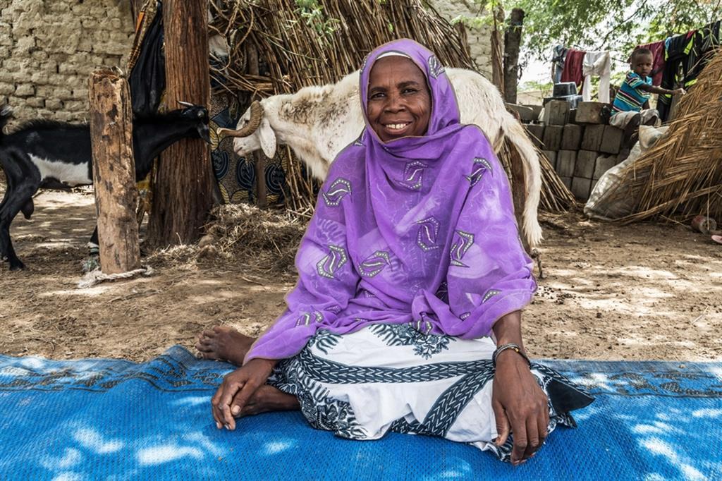 A.G., 50 anni, divorziata, madre di 3 figli (un maschio e due femmine), autoctona. Ha seguito il corso di alfabetizzazione attivato dal progetto grazie al quale ora è in grado di leggere, scrivere, maneggiare il cellulare e soprattutto può aiutare i suoi figli a studiare bene a scuola. Inoltre, può vendere meglio le sue pecore in modo che i suoi guadagni siano maggiori; Kilakam (Goudoumarie) - ApsatouBagaya/COOPI