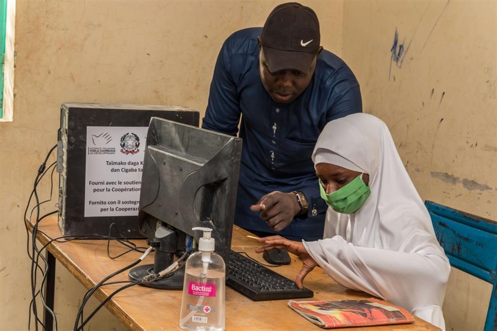 A.M., 14 anni, rifugiata nigeriana che prosegue gli studi grazie ad una piattaforma di e-learning organizzata secondo il sistema scolastico nigeriano; Centro di Educazione a Distanza (CED) di Diffa - ApsatouBagaya/COOPI